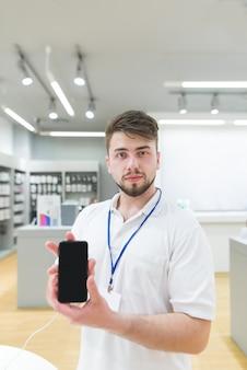 Porträt eines technologiegeschäftsberaters mit einem smartphone in seinen händen