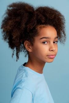 Porträt eines teenager-mädchens mit lockigem haar