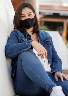Porträt eines teenagers, der eine gesichtsmaske trägt