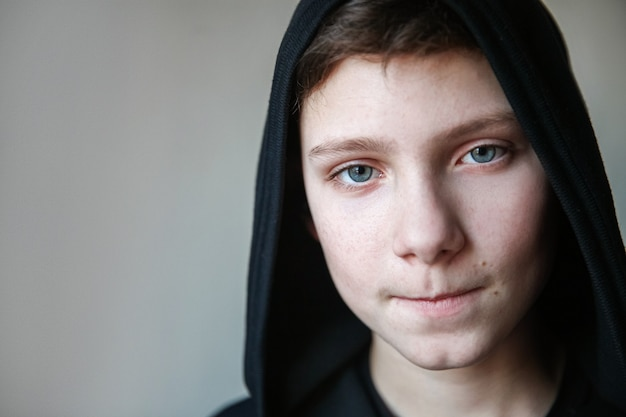 Porträt eines teenagers mit blauen augen und geschürzten lippen