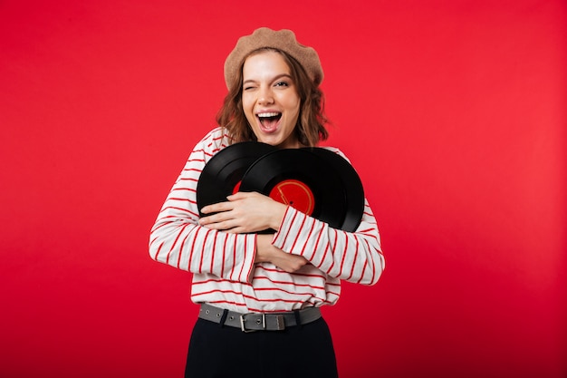 Porträt eines tragenden baretts der glücklichen frau