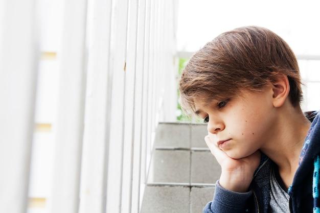 Porträt eines traurigen jugendlichen im freien. das jugendproblemkonzept