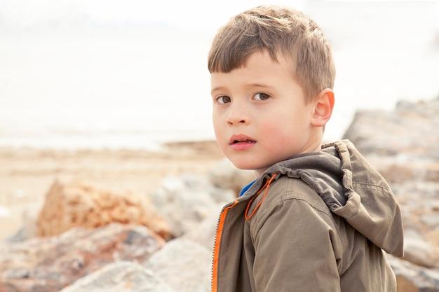Porträt eines traurigen oder verwirrten jungen auf der natur.