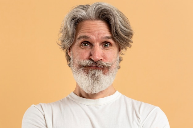 Porträt eines überraschten älteren mannes