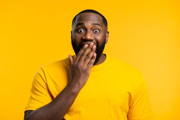 Porträt eines überraschten mannes
