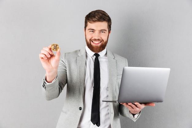 Porträt eines überzeugten geschäftsmannes, der bitcoin zeigt