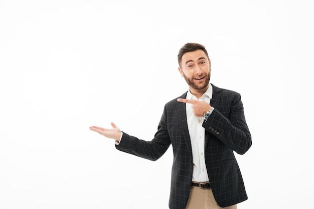 Porträt eines überzeugten glücklichen mannes, der finger zeigt