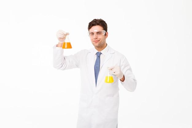 Porträt eines überzeugten jungen männlichen wissenschaftlers