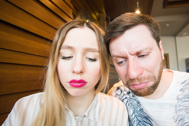Porträt eines unglücklichen jungen paares, das probleme hat