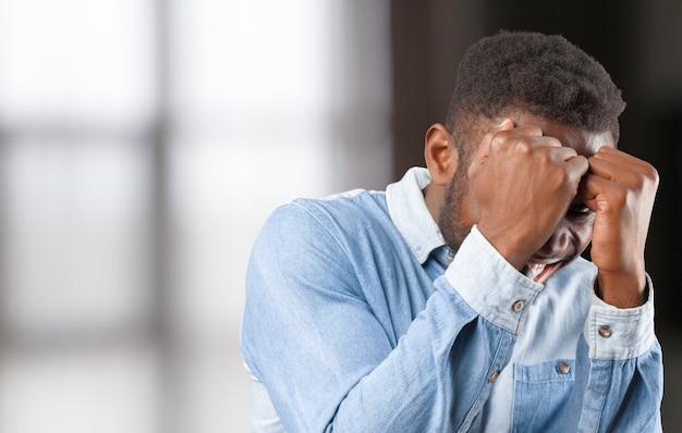 Porträt eines unglücklichen sehr verärgerten jungen schwarzen mannes