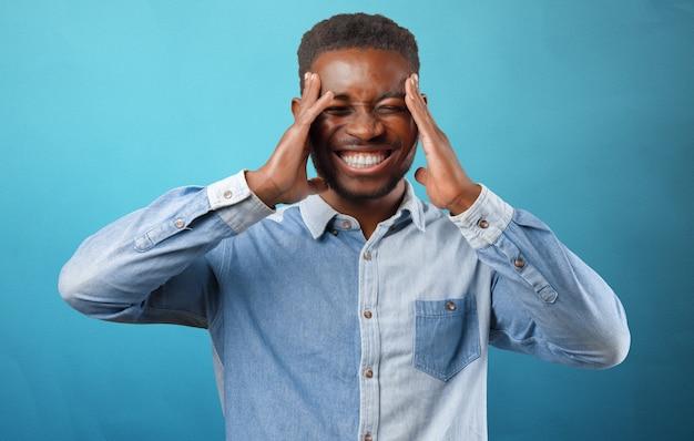 Porträt eines unglücklichen sehr wütenden jungen schwarzen mannes