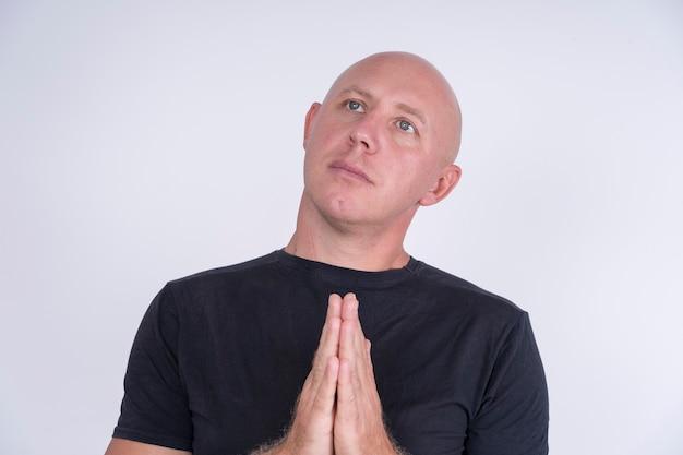 Porträt eines unschuldigen mannes mit glatze, drinnen, nahaufnahme. menschen und lifestyle-konzept