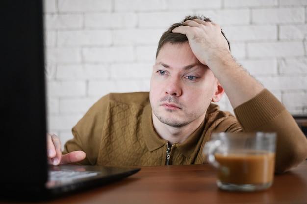 Porträt eines unternehmers, der fernarbeit leistet