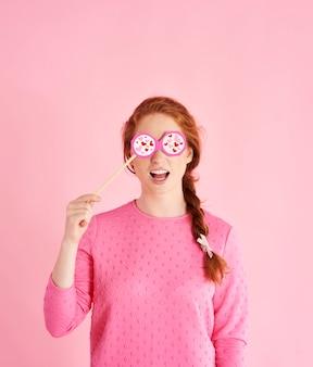 Porträt eines verspielten mädchens, das den valentinstag bei studioaufnahme feiert