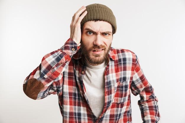 Porträt eines verwirrten bärtigen mannes im karierten hemd