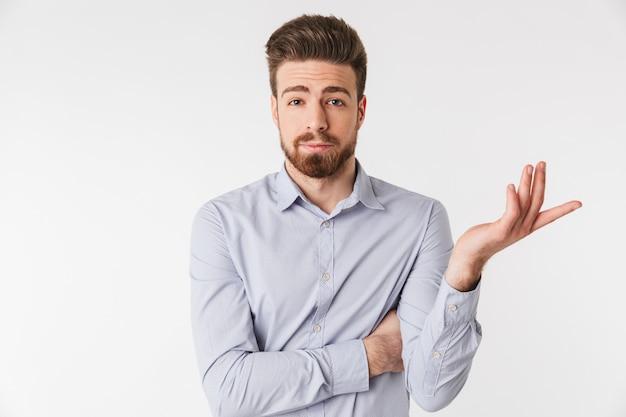 Porträt eines verwirrten jungen mannes im hemd gekleidet