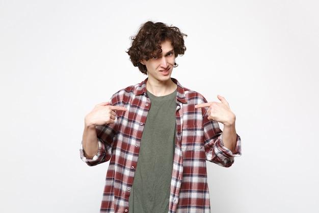 Porträt eines verwirrten jungen mannes in freizeitkleidung, der kamera schaut und zeigefinger auf sich selbst zeigt, isoliert auf weißem wandhintergrund. menschen aufrichtige emotionen lifestyle-konzept. kopieren sie platz.