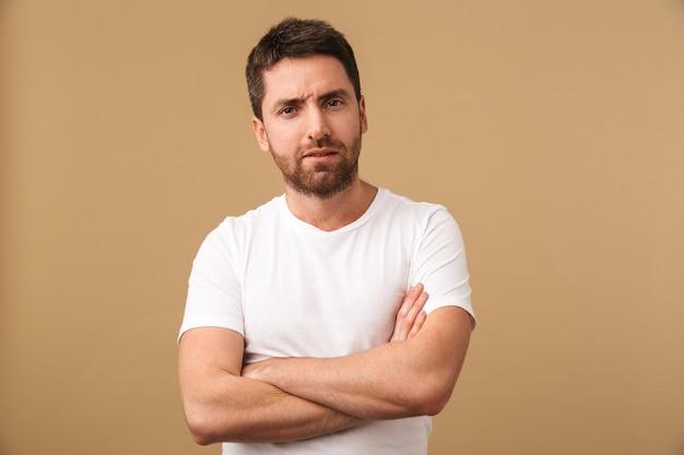 Porträt eines verwirrten jungen mannes lässig gekleidet stehend isoliert