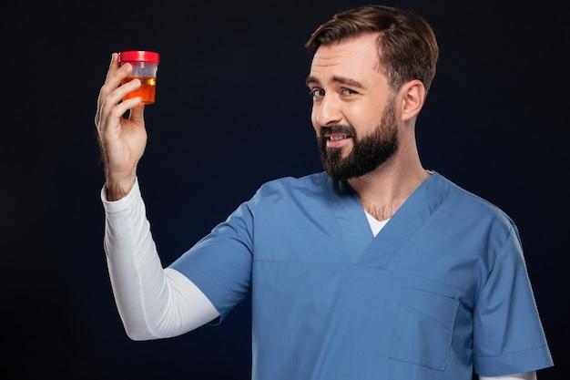 Porträt eines verwirrten männlichen doktors kleidete in der uniform an