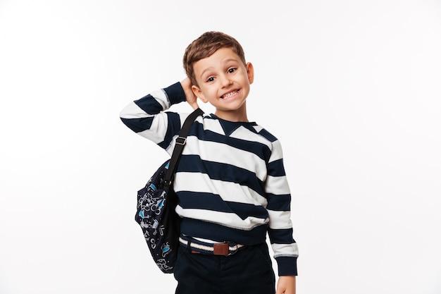 Porträt eines verwirrten niedlichen kleinen kindes mit rucksack