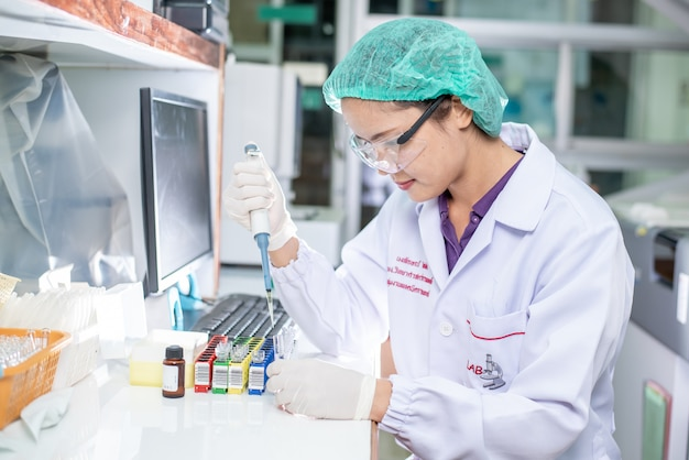 Porträt eines weiblichen forschers, der in einem labor arbeitet