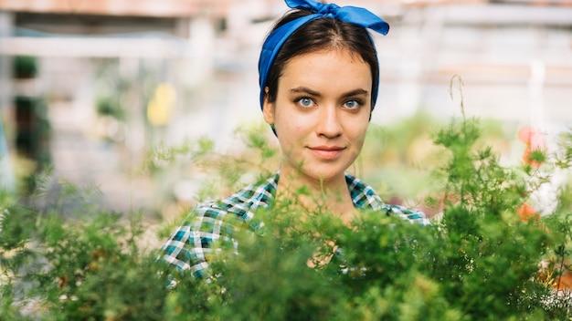 Porträt eines weiblichen gärtners im gewächshaus