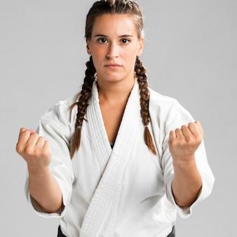 Porträt eines weiblichen kämpfers bereit, in einen kampf einzusteigen