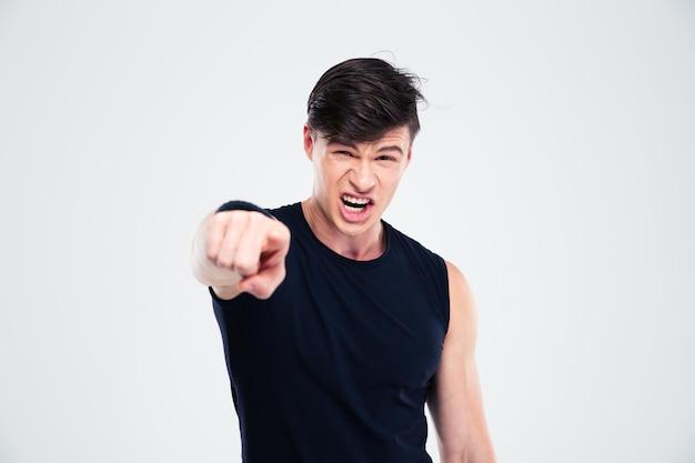 Porträt eines wütenden fitness-mannes, der mit dem finger auf die kamera zeigt, die auf einem weißen hintergrund isoliert ist