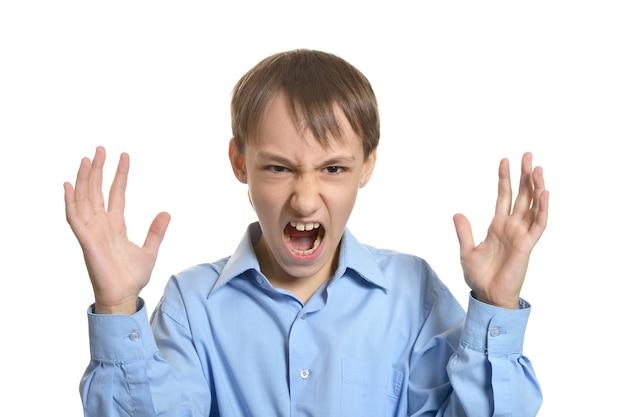 Porträt eines wütenden kleinen jungen auf weißem hintergrund