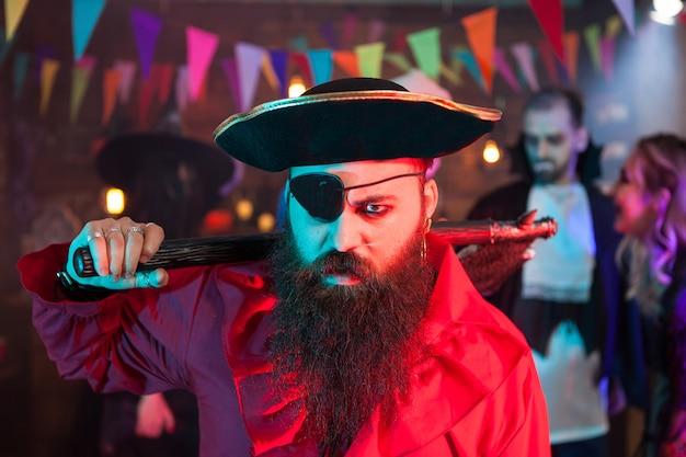 Porträt eines wütenden piraten mit einem auge, das bei halloween-feiern bedeckt ist. mann im piratenkostüm.