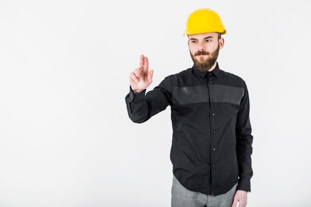 Porträt eines zivilingenieurs, der gegen das weiße hintergrundgestikulieren steht