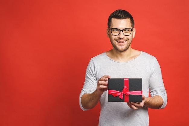 Porträt eines zufälligen mannes, der geschenkbox gibt
