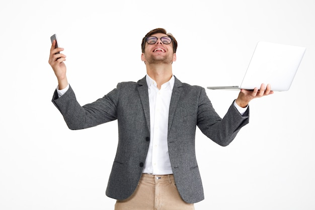 Porträt eines zufriedenen glücklichen geschäftsmannes in brillen