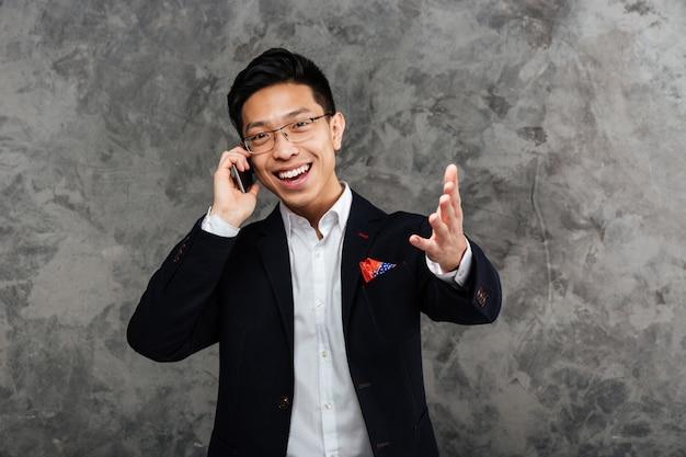 Porträt eines zufriedenen jungen asiatischen mannes im anzug