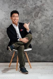 Porträt eines zufriedenen jungen asiatischen mannes in voller länge
