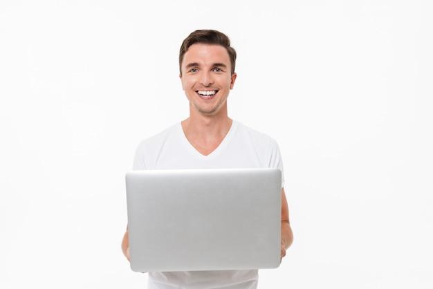 Porträt eines zufriedenen lächelnden kerls, der arbeitet