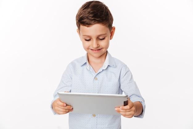 Porträt eines zufriedenen niedlichen kleinen kindes, das spiele spielt
