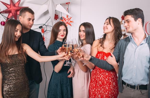 Porträt einiger freunde, die weihnachten feiern.