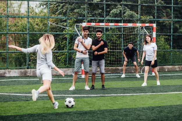 Porträt erfolgreicher fußballspielerinnen, die zusammen fußball spielen