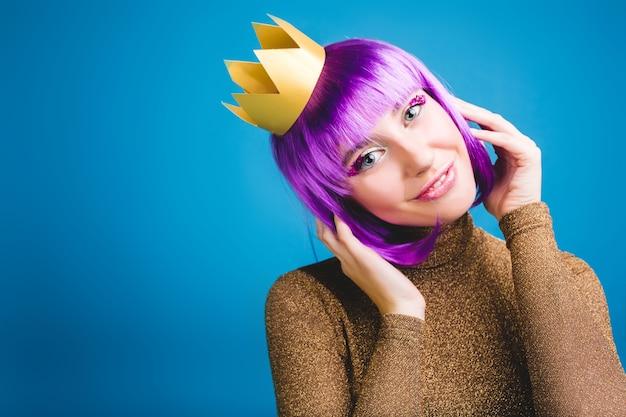 Porträt fröhliche erstaunliche junge frau mit geschnittenem lila haar, goldener krone, luxuskleid. feiern neujahrsparty, geburtstag, lächeln, echte positive emotionen. platz für text.