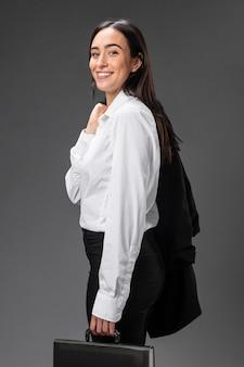 Porträt geschäftsfrau, die formellen anzug trägt