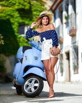 Porträt glücklicher wooman motorradfahrer auf der straße