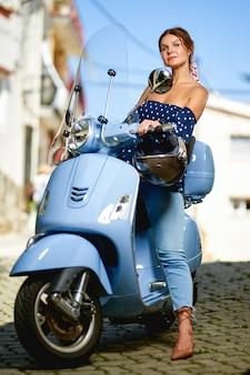 Porträt glücklicher wooman rollerfahrer auf der straße