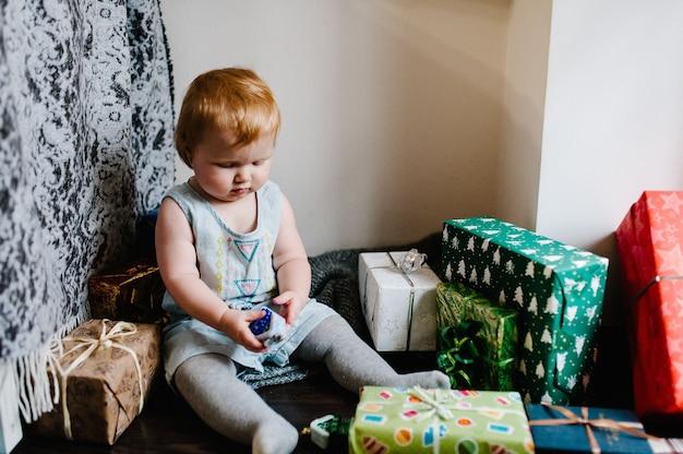 Porträt glückliches kleines mädchen, das mit spielzeug spielt, sitzt