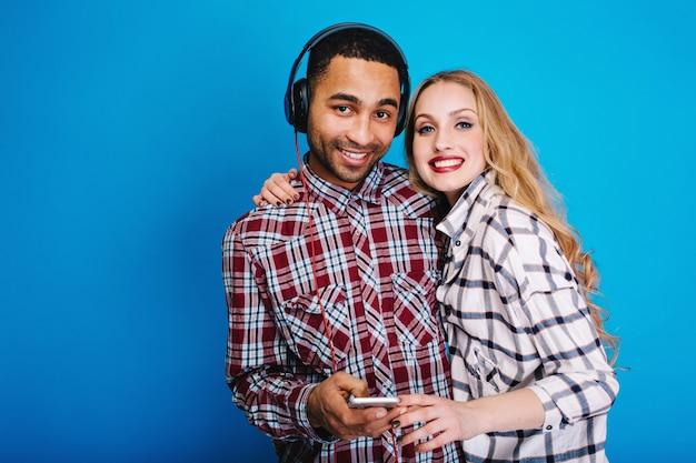 Porträt glückliches paar, das spaß zusammen hat. stilvolle aussichten, freizeit genießen, glücklich sein, musik hören, lächeln, fröhliche stimmung, cool, stilvoll, sweathearts.
