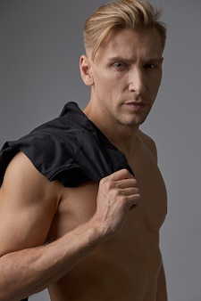 Porträt gutaussehender mann mit dem nackten torso