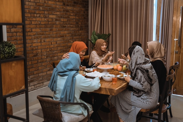 Porträt hijrah familie beim gemeinsamen fasten am nachmittag