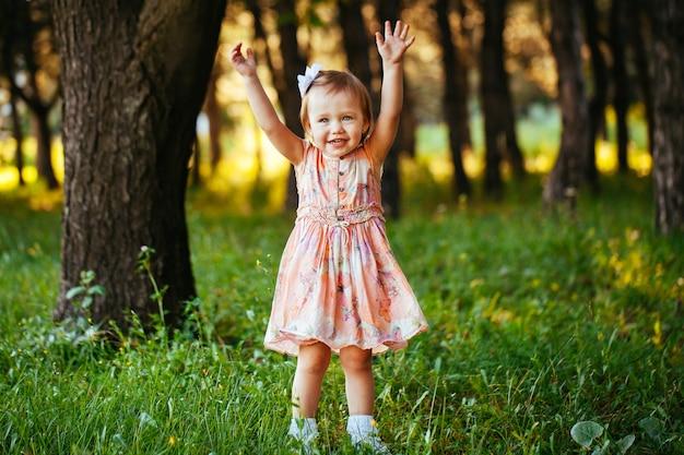 Porträt im freien des entzückenden lächelnden kleinen mädchens am sommertag
