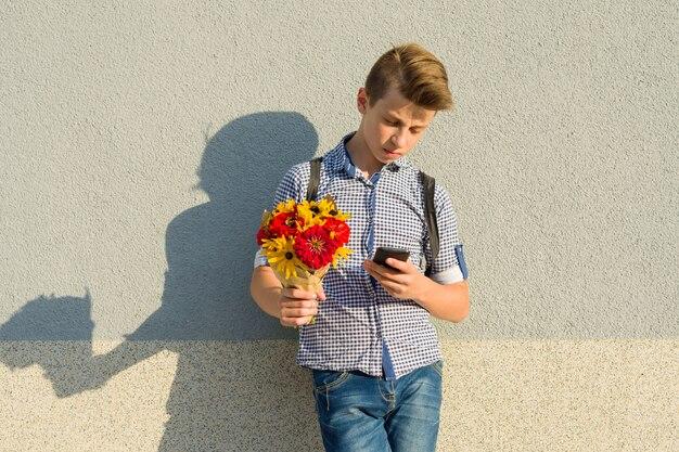 Porträt im freien des teenagers mit blumenstrauß von blumen