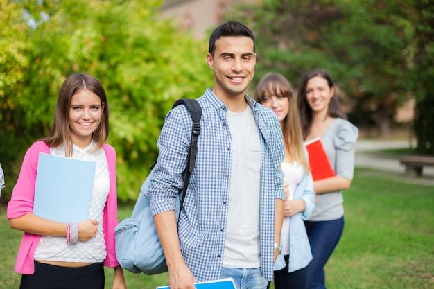 Porträt im freien einer gruppe studenten vor ihrer schule